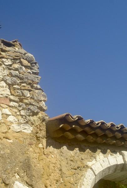visage de pierre, sur l'angle d'un chaînage (remploi ?)